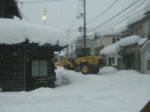 まだ雪、くたびれる